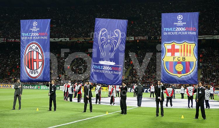 FUSSBALL Champions League 2005/2006 Halbfinal Hinspiel AC Mailand 0-1 FC Barcelona CHL Fahnen zum Halbfinale