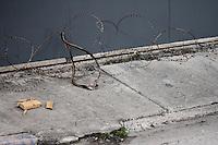 barbed wire street installation