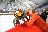 SPEED SKATING: INZELL: 08-12-2015, Max Aicher Arena, werelduurrecord Carien Kleibeuker, bloemen en felicitaties van Ineke Kooiman, ©foto Martin de Jong