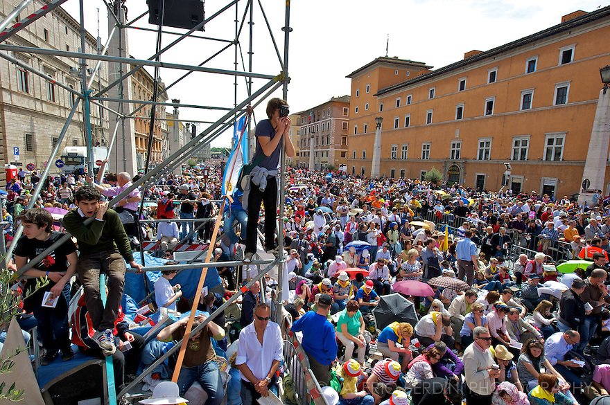 Pilgrims climb every spot to watch the beatification of Karol Wojityla live