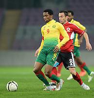 FUSSBALL   INTERNATIONAL   Testspiel    Albanien - Kamerun       14.11.2012 Samuel Eto o (li, Kamerun) gegen Ervin Bulku (re, Albanien)