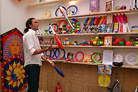 Negozio di giocoleria a San Lorenzo, storico quartiere di Roma..Juggling store in San Lorenzo, historic district of Rome....