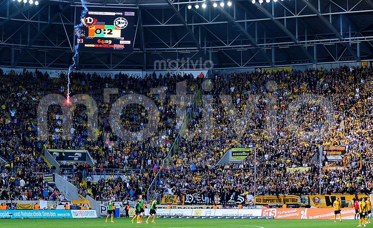 Fussball, 2. Bundesliga, Saison 2013/14, 34. Spieltag, Armina Bielefeld, Sonntag (11.05.14), Dresden, Gluecksgas Stadion. Dresdens Fans zuenden Rauchbomben.