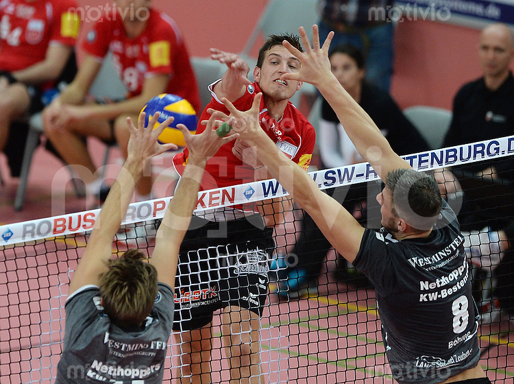 Volleyball 1. Bundesliga  Saison 2015/2016 TV Rottenburg -  Netzhoppers KW Bestensee          24.10.2015 Sven Metzger (TV Rottenburg,mitte) gegen Paul Sprung (Netzhoppers,li) und Mathias Boehme (NEtzhoppers,re) im Block