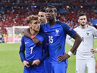 FUSSBALL EURO 2016 FINALE IN PARIS  Portugal - Frankreich     10.07.2016 Enttaeuschung Frankreich; Antoine Griezmann (li) umarmt von Paul Pogba