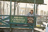 Gondolier attendant un client pres du pont du Rialto(Venise, Octobre 2006)