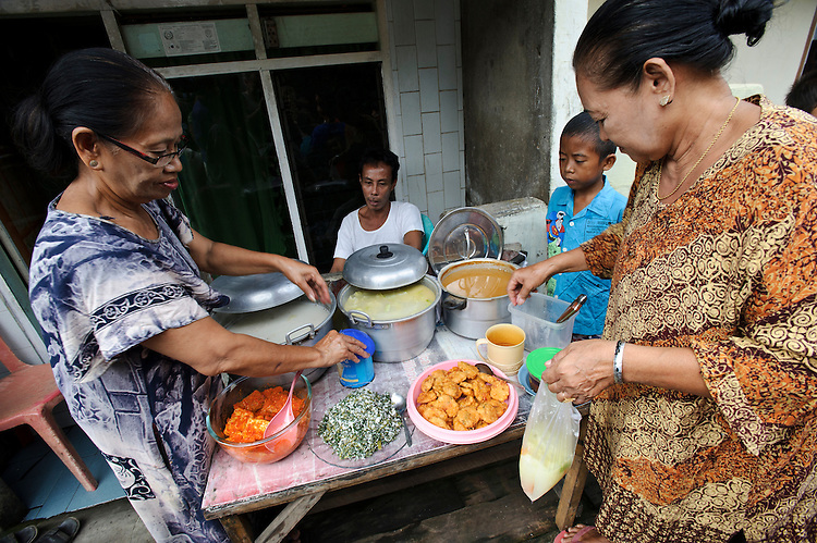 A family-run stall selling food at the side of the street, Makassar, Sulawesi, Indonesia.