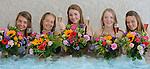 Foto: VidiPhoto<br /> <br /> MAASTRICHT - Geslaagd voor het VWO-examen op het Sint-Maartenscollege in Maastricht, het rijbewijs net binnen en ook nog jarig! Daarom driedubbel feest donderdag voor de 18-jarige Eline (tweede van rechts) en haar eveneens geslaagde hartsvriendinnen. De dames worden door hun ouders getrakteerd op een verblijf in het luxueuze wellness Hotel Maastricht. Het bijzondere examenfeestje van de vriendinnen start met champagne in het bubbelbad, waarbij de meiden ook bedolven worden onder felicitatieboeketten. Daarna werden de jongedames in de watten gelegd in de beautysalon. Mobiele bloemistenteams van Fleurop rijden donderdag en vrijdag door heel Nederland om geslaagde scholieren spontaan te verrassen met een fleurig boeket. Hangt er een vlag met schooltas aan de gevel? Dan bestaat de kans dat er een gratis felicitatieboeket wordt aangeboden.