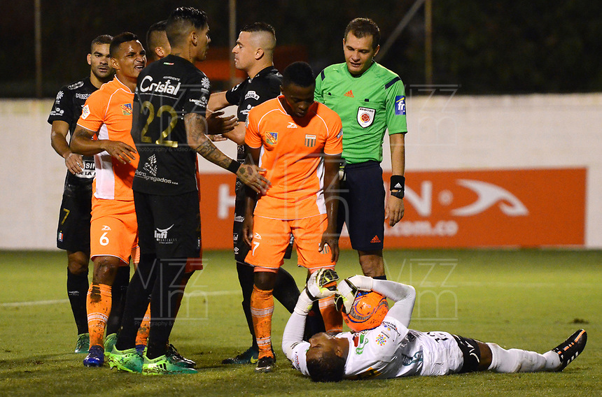 ENVIGADO -COLOMBIA-09-05-2017: Jose Cuadrado, arquero de Once espera ser atendido durante el encuentro entre Envigado FC y Once Caldas por la fecha 17 de la Liga Águila I 2017 realizado en el Polideportivo Sur de la ciudad de Envigado. / Jose Cuadrado goalkeeper of Once waits to be helped during the  match between Envigado FC and Once Caldas for the date 17 of the Aguila League I 2017 played at Polideportivo Sur in Envigado city.  Photo: VizzorImage/ León Monsalve /Cont