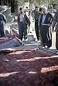 Irak 2000.Vente de tapis dans une rue d'Halabja.Iraq 2000. Halabja:Selling carpets on the pavement