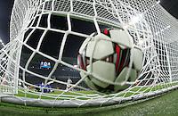 FUSSBALL   CHAMPIONS LEAGUE   SAISON 2013/2014   Vorrunde  Juventus Turin - Real Madrid     05.11.2013 Tor zum 1-2 vin Gareth Bale (Real Madrid), Ball im Netz