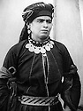 Irak 1920?.Portrait d'une femme kurde en tenue traditionnelle avec ses bijoux.Iraq 1920?.Kurdish lady in her best costume of black Persian silk with silver belt and her necklace of amber beads with Turkish gold coins attached