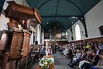 Nederland, Achlum, 28-05-2011 CONVENTIE VAN ACHLUM. Volle dorpskerk luistert naar Adriaan van Dis.  FOTO: Gerard Til / Hollandse Hoogte