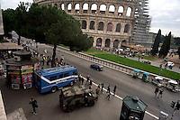 Roma 18 Novembre 2015<br /> Rafforzate le misure di sicurezza  pattuglie e controlli nelle stazioni metro e monumenti e 700 soldati armati in strada, in vista del giubileo, per allarme terrorismo, dopo gli attacchi coordinati da uomini armati e kamikaze a Parigi il 13 novembre che ha ucciso almeno 129 persone e rivendicati dallo Stato islamico.Militari italiani  e polizia controllano la zona del Colosseo.<br /> Rome 18 November 2015<br /> Strengthen security measures, checks in subway stations and monuments, 700 armed soldiers on the streets in view of the jubilee for terror alert after coordinated attacks by gunmen and suicide bombers in Paris on Nov. 13 that killed at least 129 people and claimed by the State Islamic. Italian military and police control the area of the Colosseum.