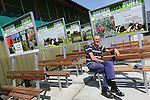 Foto: VidiPhoto<br /> <br /> DRIEL - Fietsers genieten van het eerste Boerenrustpunt van Nederland in Driel. Bedenker is melkveehouder Henk Mulder (foto) uit Driel. Na een proef van een jaar wordt het succesvolle idee vrijdag op grotere schaal gelanceerd in de gemeente Overbetuwe. Bij een twintigtal agrarische bedrijven wordt dan een soortgelijk rustpunt ge&iuml;nstalleerd. Het bankje is van hardhout, afkomstig van een sloopbedrijf, en voorzien van een informatiebord. Daarop staan gegevens van het bijliggende agrarische bedrijf. Doel is burgers zo meer te betrekken bij het boerenleven. En als er voorbijgangers gebruik maken van het bankje zou het volgens Mulder een goede zaak zijn als de agrari&euml;r dan een gesprek met ze aanknoopt. &quot;Zo maak je goede reclame voor het agrarisch bedrijfsleven. En als je een stal kunt bouwen van 7 ton, dan kun je ook aan bankje plaatsen van 700 euro.&quot; Mulder hoopt dat agrari&euml;rs uit het hele land uiteindelijk belangstelling hebben voor het bankje-met-bord.