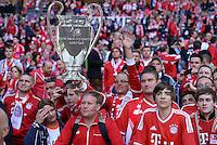 FUSSBALL  CHAMPIONS LEAGUE  SAISON 2012/2013  FINALE  Borussia Dortmund - FC Bayern Muenchen         25.05.2013 Bayern Fans mit einem Papp-Champions League Pokal