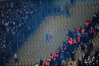 Fussball, 2. Bundesliga, Saison 2011/12, SG Dynamo Dresden - Eintracht Frankfurt, Montag (26.09.11), gluecksgas Stadion, Dresden. Ein Frankfurter Fan versucht in den Dresdner Block zu gelangen.