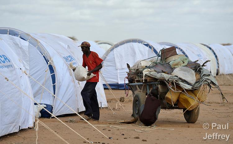 Somali refugee unloads belongings in Kenya camp ...