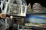 Foto: VidiPhoto<br /> <br /> ARNHEM - Bezoekers van het Nederlands Openluchtmuseum in Arnhem krijgen donderdag een kijkje achter de schermen van de wereldberoemde HollandRama. De (nog steeds) wereldprimeur is dit weekend voor het laatst open. Daarna wordt het ontmanteld om plaats te maken voor de Canon van Nederland. HollandRama werd in 2000 geopend en is een multimediale presentatie van de Nederlandse geschiedenis, met landschappen en stadsgezichten. In de afgelopen bijna vijftien jaar hebben zo'n 1,5 miljoen museumbezoekers in de unieke attractie plaatsgenomen. Veel werknemers van het museum nemen deze week afscheid van HollandRama. Zondag wordt de laatste voorstelling gegeven. Bezoekers krijgen tot en met vrijdag tijd gelegenheid om een kijkje achter de schermen te nemen en alle diorama's vanuit de 'tijdcapsule' tegelijk te bekijken en te fotograferen. Daarna zijn er tot en met zondag alleen nog maar reguliere voorstellingen. De historische onderdelen van HollandRama zullen in de collectie worden opgenomen of in depot geplaatst. Het eivormige gebouw zal worden ontmanteld door aannemingsbedrijf Chris Liet uit Rheden. Uitvoerder Bennie Kock (l) kwam donderdag alvast een kijkje nemen.