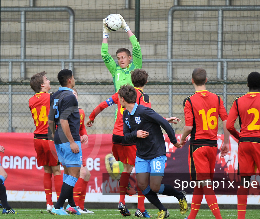 Belgium U19 - England U19 : Sven Dhoest climbs higher than the rest to get the ball out of the air.foto DAVID CATRY / Nikonpro.be