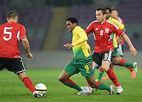 FUSSBALL   INTERNATIONAL   Testspiel    Albanien - Kamerun       14.11.2012 Samuel Eto o (Mitte, Kamerun) gegen Ervin Bulku (re, Albanien) und Lorik Cana (li, Albanien)