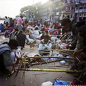 Haridwar 11-13.02.2010 India..The Maha (Great) Kumbh Mela in Haridwar. Pilgrims and Sadhus in great number from around India visit here to bath at the banks of the river Ganges. They belive that a holy dip in sacred river during Maha Kumbh takes human out of the circle of life and death..photo Maciej Jeziorek/Napoimages..Haridwar 12.02.2010 Indie.Kumbh Mela ( Swieto Dzbana ). Pielgrzymi i Sadhu ( Swieci - hinduscy wedrowni asceci) przybywaja tu zanurzyc sie w Gangesie. Wierza oni, ze pozwoli im to wyrwac sie z cyklu narodzin i smierci..fot. Maciej Jeziorek/Napoimages.