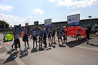 Roma 7 Luglio 2009.Manifestanti anti-G8 bloccano l'entrata dell'autostrada Roma-Aquila per protestare contro il G8.Demonstrators anti-G8 stop the entrance of the highway Rome-Aquila to protest against the G8