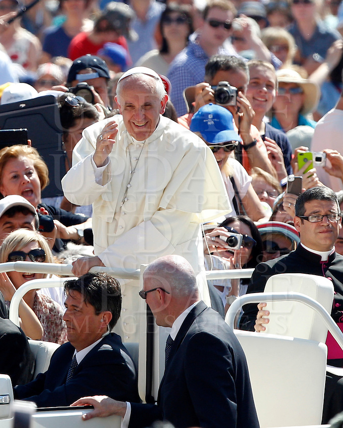Papa Francesco saluta i fedeli al suo arrivo all'udienza generale del mercoledi' in Piazza San Pietro, Citta' del Vaticano, 19 giugno 2013.<br /> Pope Francis waves to faithful as he arrives for his weekly general audience in St. Peter's Square at the Vatican, 19 June 2013.<br /> UPDATE IMAGES PRESS/Riccardo De Luca<br /> <br /> STRICTLY ONLY FOR EDITORIAL USE
