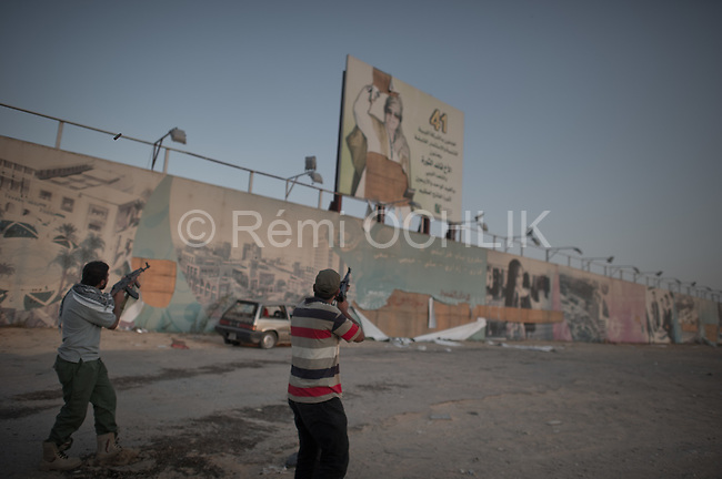 Remi OCHLIK/IP3 PRESS - On august, 27, 2011 In Tripoli - Celebration on the road to the airport in Abu Selim district