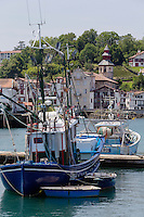 France, Pyrénées-Atlantiques (64), Pays-Basque, Saint-Jean-de-Luz : Le port de pêche et un thonier canneur , en fond  les maisons et l'église  de Ciboure: Eglise Saint-Vincent// France, Pyrenees Atlantiques, Basque Country, Saint Jean de Luz: Fishing port, tuna boat and Ciboure church