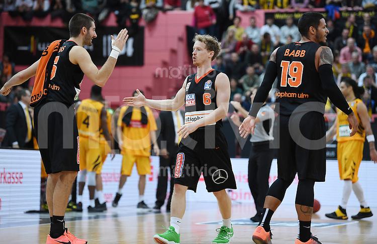 Basketball  1. Bundesliga  2016/2017  Hauptrunde  12. Spieltag  04.12.2016 Walter Tigers Tuebingen - ratiopharm Ulm JUBEL Ulm; Braydon Hobbs (li) klatscht Per Guenther (Mitte) und Chris Babb (re)