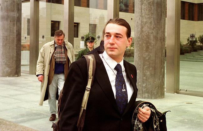 Der Transvestit Samir F. hatte mit Aussenminister Joschka Fischer auf dem Bielefelder Sonderparteitag von Buendnis 90/Die Gruenen im Fruehjahr 1999 einen Farbbeutel getroffen. Fischer wurde dabei im rechten Ohr das Trommelfell verletzt. F. war nicht zu einer aussergerichtlichen zu bewegen. Somit fand am 23. Februar 2000 eine richterliche Anhoerung im Auswaertigen Amt statt.<br /> Hier: Samir F. beim verlassen des Auswaertigen Amtes<br /> 23.2.2999, Berlin<br /> Copyright: Christian-Ditsch.de<br /> [Inhaltsveraendernde Manipulation des Fotos nur nach ausdruecklicher Genehmigung des Fotografen. Vereinbarungen ueber Abtretung von Persoenlichkeitsrechten/Model Release der abgebildeten Person/Personen liegen nicht vor. NO MODEL RELEASE! Nur fuer Redaktionelle Zwecke. Don't publish without copyright Christian-Ditsch.de, Veroeffentlichung nur mit Fotografennennung, sowie gegen Honorar, MwSt. und Beleg. Konto: I N G - D i B a, IBAN DE58500105175400192269, BIC INGDDEFFXXX, Kontakt: post@christian-ditsch.de<br /> Bei der Bearbeitung der Dateiinformationen darf die Urheberkennzeichnung in den EXIF- und  IPTC-Daten nicht entfernt werden, diese sind in digitalen Medien nach &sect;95c UrhG rechtlich gesch&uuml;tzt. Der Urhebervermerk wird gemaess &sect;13 UrhG verlangt.]