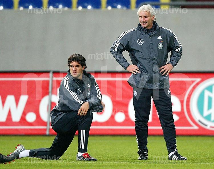 Fussball International Deutsche Nationalmannschaft Training in der Arena auf Schalke     Michael BALLACK (li) und Trainer Rudi VOELLER (re)