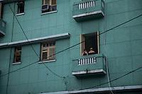 Cuba ,  due donne a un balcone di un edificio dell'Avana Centro