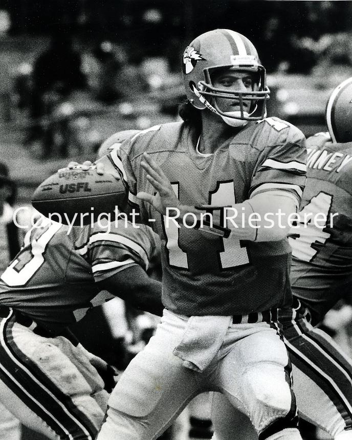 Oakland Invader's quarterback 1983 photo/Ron Riesterer/photoshelter)