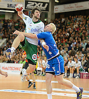 Momir Rnic (FAG) im Sprungwurf gegen rechts Patrick Wiencek (VFL)