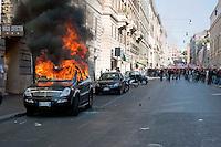 Roma  15 Ottobre 2011.Manifestazione contro la crisi e l'austerità. Automobile incendiata in via Cavour.