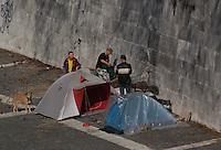 Senzacasa che vivono sul Lungotevere dentro tende precarie. .Homeless who are living in precarius tents on Lungotevere..