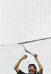 Foto: VidiPhoto<br /> <br /> AMERSFOORT - Op zoek naar de mazen in het net. Werknemers van nettenfabrikant Van Beelen moeten dinsdag flink 'boeten' in Dierenpark Amersfoort. Over enkele weken start de nieuwe attractie Snavelrijk, een 3000 vierkante meter grote voliere met daarin tal van vogelsoorten, maar ook klim- en klautermogelijkheden voor kinderen. Dieren en bezoekers lopen vanaf 5 juli door elkaar heen in het nieuwste project van de Amersfoortse dierentuin. De voliere wordt afgedekt met een ruim 3000 meter groot net, dat ter plaatse handmatig aan elkaar wordt geknoopt. Het is een van de grootste klussen ooit van de nettenfabrikant uit IJmuiden. Het bedrijf is vooral gespecialiseerd in sportnetten en veiligheidsnetten voor de industrie, land- en tuinbouw. Om deze klus op tijd klaar te krijgen moet het personeel nog flink 'netwerken'.