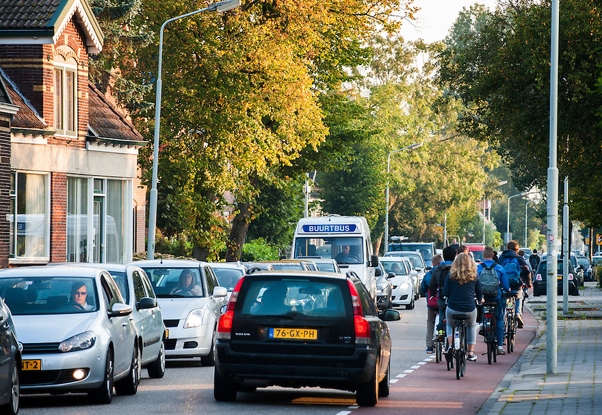Nederland, Zaanstad, 4 sept 2014<br /> Verkeerssituaties bij Krommenie en Assendelft.<br /> Dorpsstraat Assendelft met scholieren op de fiets en veel sluipverkeer wat tot gevaarlijke situaties leidt.<br /> Foto: (c) Michiel Wijnbergh