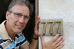Foto: VidiPhoto<br /> <br /> TOURNUS (Fr.) - Heilig huisje in Frankrijk. Trots toont de Nederlander Joan Koster het nieuwe huisnummer van zijn B&amp;B in het Franse Tournus: 777. Het verzoek van Koster bij de gemeente Tournus in de Bourgogne om dit 'heilige' nummer te mogen voeren is na enige rekenwerk van de plaatselijk ambtenaren ingewilligd. De voormalige wijnboerderij van de Kosters ligt namelijk precies 777 meter van het begin van de straat. Die afstand is in Frankrijk buiten de bebouwde kom bepalend voor het huisnummer. De Nederlandse pensionhouder had echter een heel andere reden om voor 777 te kiezen. Van zijn huidige woning tot zijn vorige in Rhenen is het namelijk 777 km. Bovendien geldt het getal 7 in christelijke kringen als heilig (getal van de volheid). Drie maal zeven betekent dan extra zegen.