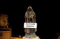 Roma 7 Febbraio 2011.Le statue di Roma tornano a parlare,  durante la notte  sono stati appesi dei cartelli sulle statue che fanno riferimento alla situazione politica attuale. Giordano Bruno a Campo de Fiori