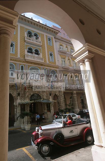 """Cuba/La Havane: Façade de style mauresque de l'hôtel """"Sévilla"""" Trocadéro n°56 Prado et vieille voiture"""