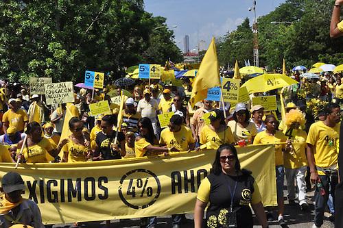 """""""Menos corrupción y más educación"""", exigen miles de ciudadanos/as en las calles"""