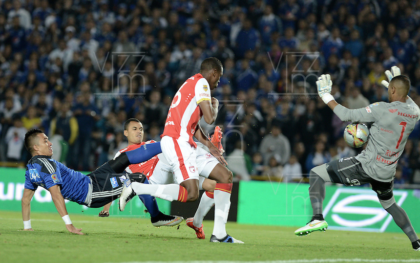 BOGOTA - COLOMBIA -14 -03-2015: Fernando Uribe (Izq) jugador de Millonarios disputa el balón con Robinson Zapata (Der) arquero de Independiente Santa Fe durante partido por la fecha 10 de la Liga Águila I 2015 jugado en el estadio Nemesio Camacho El Campín de la ciudad de Bogotá./ Fernando Uribe (L) player of Millonarios fights for the ball with Robinson Zapata (R) goalkeeper of Independiente Santa Fe during the match for the 10th date of the Aguila League I 2015 played at Nemesio Camacho El Campin stadium in Bogotá city. Photo: VizzorImage / Gabriel Aponte / Staff.