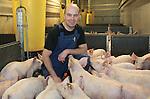 Foto: VidiPhoto<br /> <br /> ORVELTE - Varkenshouder Van den Berg uit Orvelte tussen zijn varkens. De Drentse veehouder heeft 400 fokzeugen. Per week levert hij 250 biggen af.