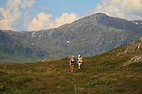 Mari Nygaard fra Stavern og Greta Dalen fra Trondheim på tur ved Stortjennin på Høgfjellet, Skarvene og Roltdalen nasjonalpark. Skarvene med Storskarven (Tjohkele) i bakgrunnen. Foto: Bente Haarstad Skarvan.