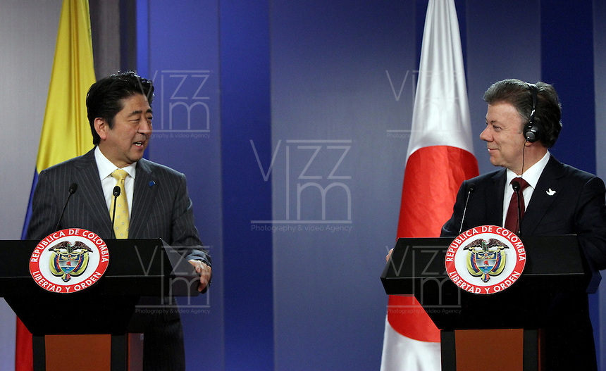 BOGOTA -COLOMBIA. 29-07-2014. Conferencia de prensa ofrecida por el Primer Ministro de Japon Shinzo Abe (Izq) y el presidente de Colombia Juan Manuel Santos (Der)  en el Palacio de Nariño durante la  primera visita oficial de un mandatario japones en 106 años a Colombia. /  Press Conference by Prime Minister Shinzo Abe of Japan (L) and President of Colombia Juan Manuel Santos (Right) at the Palacio de Nariño during the first official visit by a Japanese president in 106 years to Colombia. Photo: VizzorImage/ Felipe Caicedo / Staff