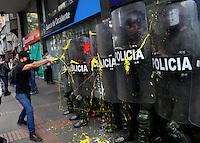 BOGOTA -COLOMBIA , 18- MARZO-2016. Miembros de la policia nacional son pintados por los manifestantes durante la marcha en apoyo al paro nacional./ Members of the national police are attacked by demonstrators during the march in support of the national strikePhoto: VizzorImage / Felipe Caicedo / Staff