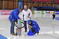 SCHAATSEN: BERLIJN: Sportforum, 08-12-2013, Essent ISU World Cup, ijsreparatie, ©foto Martin de Jong